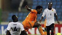 Bony Wilfried bojuje v oranžovém dresu Pobřeží slonoviny na africkém šampionátu.