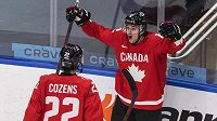 Kanaďané Dylan Cozens (22) a Jakob Pelletier (12) se radují z gólu proti Finům.