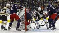 Gólman Columbusu Sergej Bobrovskij inkasuje kuriózní první gól v utkání s Bostonem.