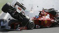 Romain Grosjean (vlevo) zavinil ve Spa hromadnou kolizi, takto se srazil s Fernandem Alonsem na ferrari