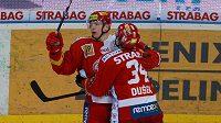 Hokejisté Slavie Tomáš Micka a Antonín Dušek se radují z branky