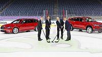 Zleva prezident společnosti Infront Sports Media Philippe Blatter, předseda představenstva společnosti Wanda Sports Holding Lincoln Zhang, šéf představenstva Škody Auto Bernhard Maier a prezident Mezinárodní hokejové federace (IIHF) René Fasel na ledové ploše na stadiónu v Kolíně nad Rýnem.