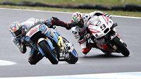 Australan Jack Miller vyrovnává balanc na vlhké trati při tréninku MotoGP v Austrálii. Za ním jede Ital Danilo Petrucci.