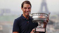 Rafael Nadal pózuje s vítěznou trofejí