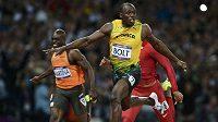 Usain Bolt probíhá cílem ve finále londýnské stovky. V USA to viděli až po několika hodinách ze záznamu.
