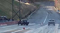 Pilot závodního speciálu ztrácí kontrolu nad vozem a naráží do bariéry.