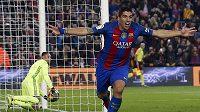 Barcelonský Luis Suárez oslavuje gól proti Realu.