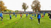 Plzeňští fotbalisté během tréninku s dětmi.