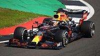 Pilot Red Bullu Max Verstappen v akci během výročního závodu formule 1.