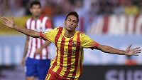 Brazilec Neymar slaví svůj první gól v soutěžním utkání za Barcelonu.