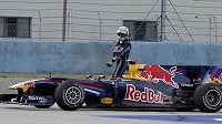 Jezdec formule 1 ze stáje Red Bull Sebastian Vettel opouští svůj vůz během závodu Velké ceny Turecka.