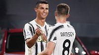 Cristiano Ronaldo oslavuje svoji trefu v ligovém utkání proti Sampdorii Janov se spoluhráčem z Juventusu Aaronem Ramseym.