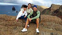 Cristiano Ronaldo, partnerka Georgina Rodriguezová a syn Cristiano junior před odletem z Madeiry zpět do Itálie.