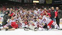Hokejisté Třince se radují ze získu titulu.