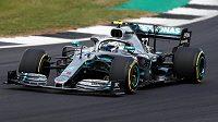 Pilot Mercedesu Valtteri Bottas během tréninku na Velkou cenu Británie.