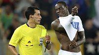Rozhodčí Enrique Osses udělil Balotellimu žlutou kartu za polonahou gólovou oslavu.