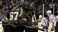 Hokejisté Vegas Golden Knights se radují z branky do sítě Washingtonu