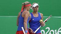 Lucie Hradecká (vlevo) a Andrea Hlaváčková během čtvrtfinálového duelu čtyřhry s Ruskami Světlanou Kuzněcovovou a Dariou Kasatkinovou.