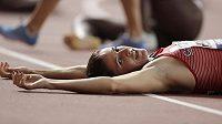 Vyčerpaná Zuzana Hejnová v cíli semifinálového běhu na 400 metrů překážek na MS v Dauhá.