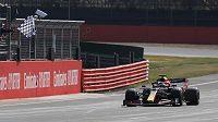 Max Verstappen projíždí cílem během výroční Velké ceny formule 1