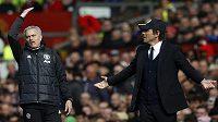 Emoce trenérů - zleva José Mourinho (Manchester United) a Antonio Conte (Chelsea).