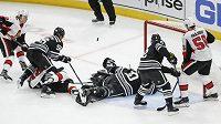 Obránce Ottawy Senators Thomas Chabot překonává náhradního gólmana Chicaga Blackhawks Cama Warda v divokém utkání, které nabídlo celkem 15 branek.