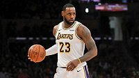 Hvězdný basketbalista LeBron James v dresu Los Angeles Lakers.