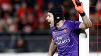 Petr Čech diriguje obranu Arsenalu