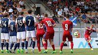 Záložník české reprezentace Michal Sadílek zkouší obstřelit skotskou zeď.