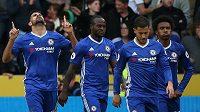 Diego Costa (vlevo) se s dalšími hráči Chelsea raduje po gólu proti Hullu. Ilustrační snímek.