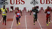 Dva nedávní hříšníci. Tyson Gay (druhý zleva) a Asafa Powell (první vpravo) v závodu na 100 metrů na Diamantové lize v Lausanne.