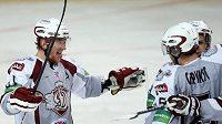 Útočník hokejistů Dynama Riga Marcel Hossa (vlevo)