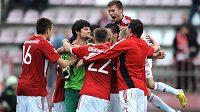 Hráči Viktorie Žižkov oslavují vítězství po penaltovém roztřelu v utkání 3. kola Poháru České pošty s Libercem.