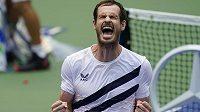 Andy Murray slaví postup do druhého kola US Open