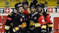 Litvínovští hokejisté se radují z gólu proti Frölundě. Vlevo kapitán týmu Michal Trávníček, druhý zprava autor rozhodující trefy útočník Robin Hanzl.
