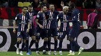 Kylian Mbappé (čtvrtý zleva) se raduje se spoluhráči po jednom z gólů PSG.