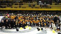 Exhibiční hokejové utkání k 70. výroční založení klubu v Litvínově - závěrečné foto obou týmů.