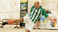 Kanonýr Jan Koller si oblíbil plážový fotbal.
