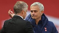 Tréner Tottenhamu Hotspur José Mourinho (vpravo) a kouč Manchesteru United si podávají ruce po historickém debaklu.