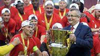 Předseda představenstva Slavie Jaroslav Tvrdík drží ligovou trofej při pozápasových oslavách mistrovského titulu.