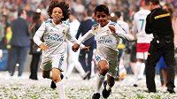 Syn fotbalisty Marcela Enzo (vlevo) pobíhá po hřišti s Cristianem Ronaldem juniorem. Ilustrační foto.