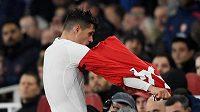 Fotbalista Arsenalu Granit Xhaka strhává dres poté, co byl vypískán domácím publikem v utkání Premier League proti Crystal Palace