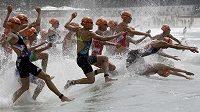 Triatlonistky během olympijského závodu v Riu de Janeiro.