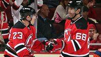 Hokejisté New Jersey Devils Mike Cammalleri (vlevo) a Jaromír Jágr se radují z vítězného gólu.