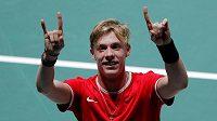 Kanadský tenista Denis Shapovalov slaví v Davis Cupu výhru nad Taylorem Fritzem z USA.