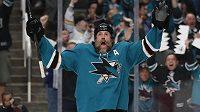 Radující se útočník San Jose Sharks Joe Thornton během utkání s Vegas Golden Knights-