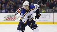 Obránce Kevin Shattenkirk míří ze St. Louis do Washingtonu.