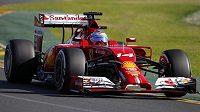 Ferrari řízené Fernandem Alonsem během druhého tréninku na GP Austrálie.