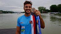Martin Fuksa pózuje se zlatou a stříbrnou medailí z ME v Plovdivu.