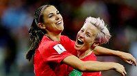 Americké fotbalistky Alex Morganová a Megan Rapinoeová se radují z gólu. Archivní foto